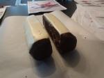 en gâteau au chocolat, recouvert dans la partie haute de miroir blanc